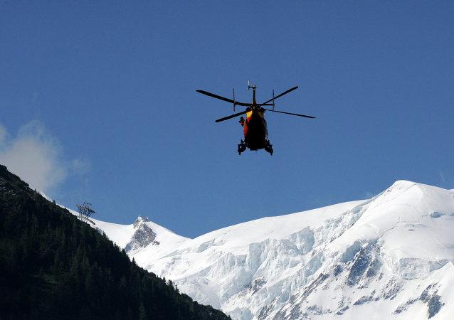 Helicóptero do serviço de emergências sobrevoa os Alpes franceses (imagem referencial)