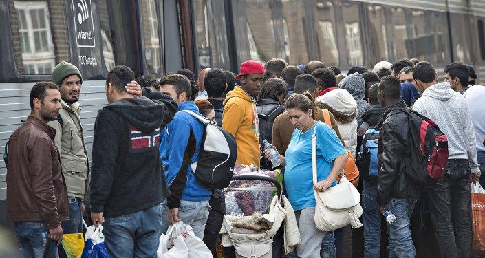 Imigrantes sírios na Dinamarca, Padborg, preparam-se para embarcar para Suécia, 10 de setembro de 2015