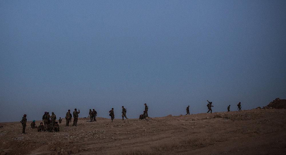 Militantes curdos combatem o Estado Islâmico perto da cidade de Hasakeh, na Síria