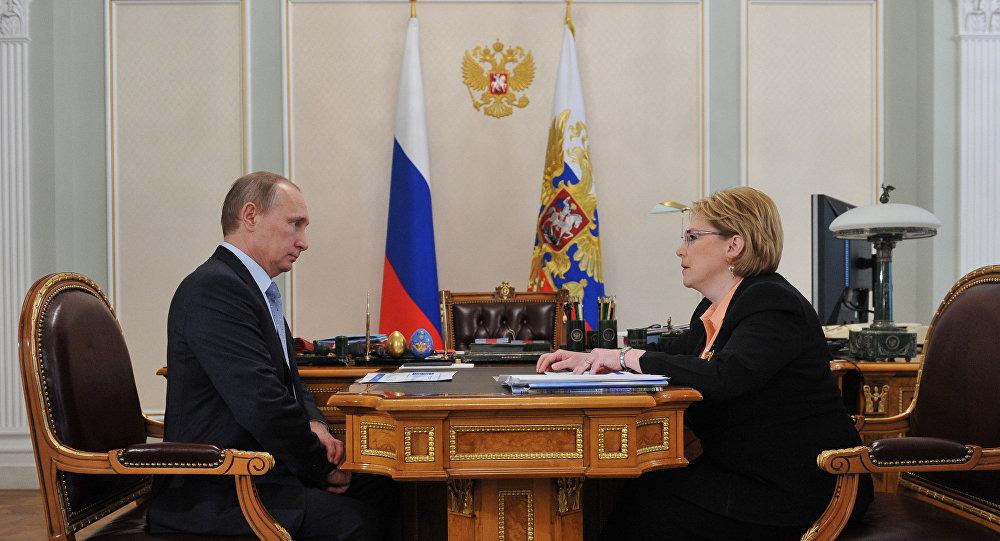 A reui'ao de trabalho do presidente russo, Vladimir Putin, e a ministra da Saude da Rússia, Veronika Skortsova. Foto de arquivo, 14 de abril, 2015