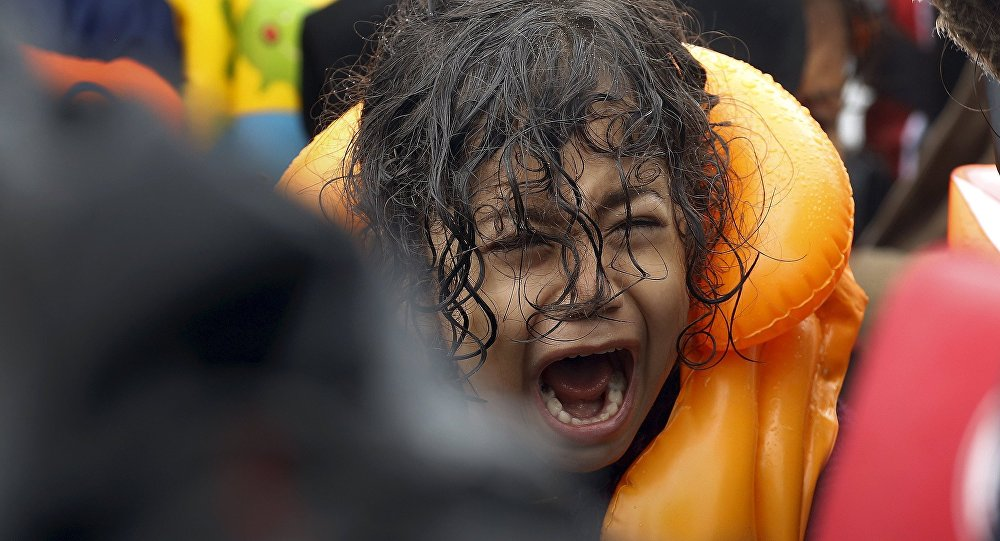 Criança refugiada da Síria grita dentro de um bote superlotado depois de atravessar parte do Mar Egeu, entre a Turquia e a ilha grega de Lesbos, 23 de setembro de 2015.