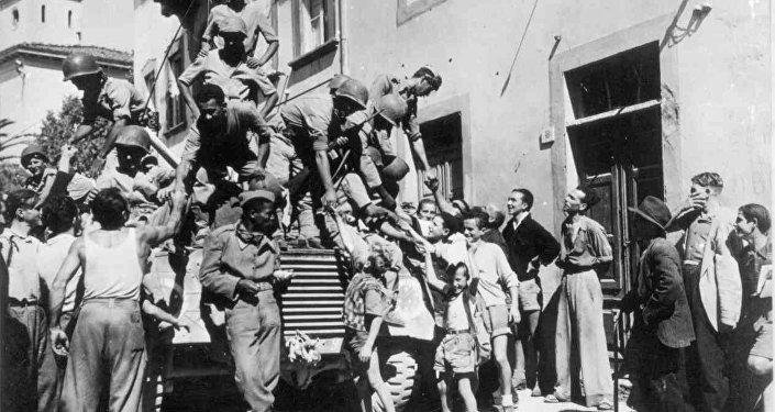 Soldados brasileiros cumprimentam civis italianos na cidade de Massarosa, setembro de 1944