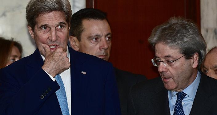 John Kerry (esquerda) e Paolo Gentiloni (direita) antes da coletiva de imprensa em 2 de fevereiro