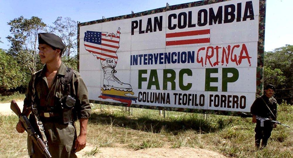 Guerrilha das FARC em frente a um cartaz criticando o Plano Colômbia
