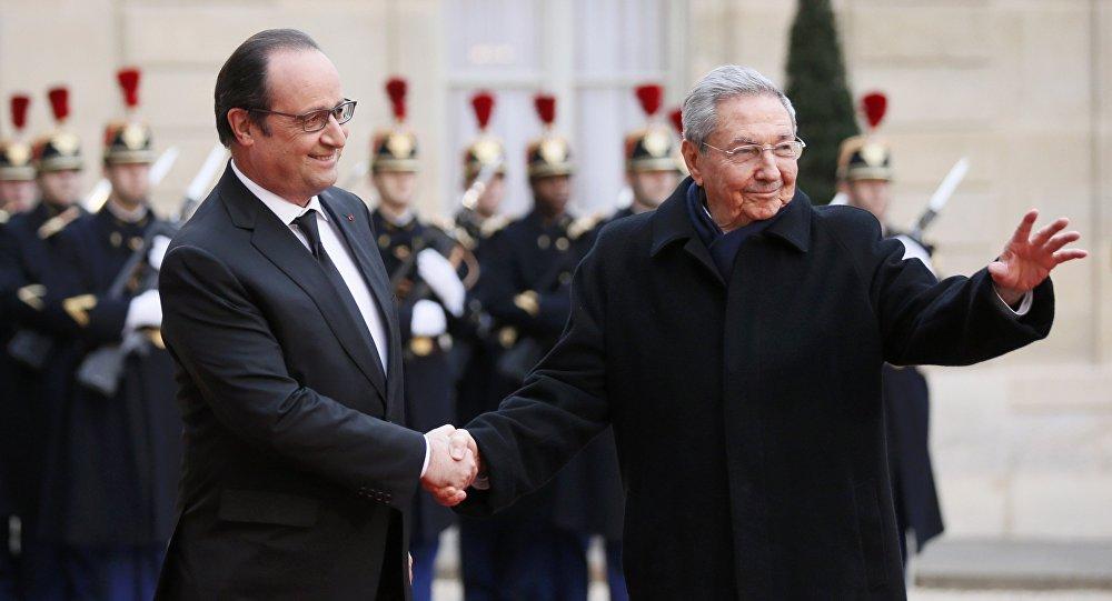 Presidente francês Francois Hollande recebe o chefe de Estado de Cuba, Raúl Castro