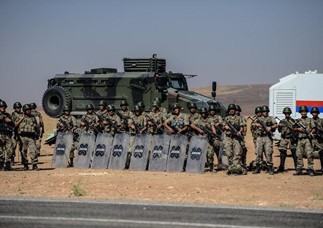 Soldados turcos perto da fronteira sírio-turca