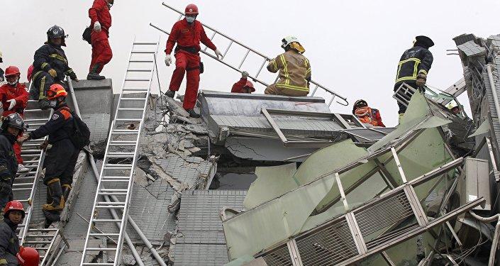 O pessoal de resgate trabalha no local onde um prédio de apartamentos de 17 andares desmoronou após o terremoto em Tainan, sul de Taiwan, 6 de fevereiro de 2016. REUTERS / Pichi Chuang