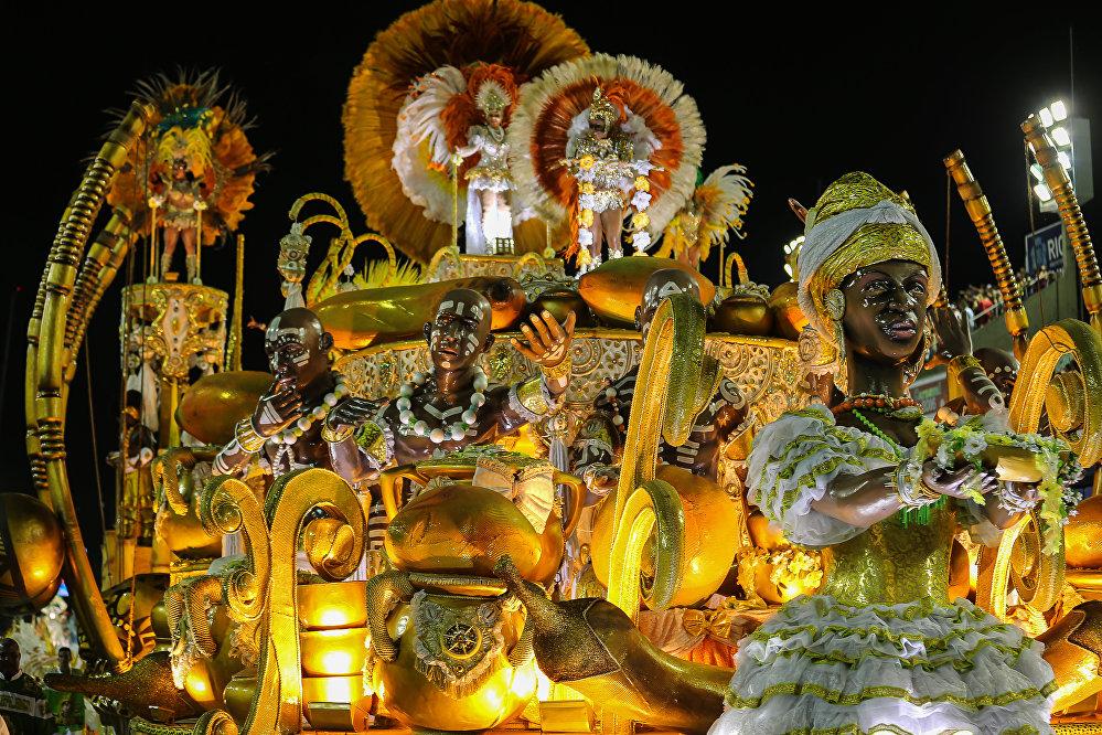 Carro alegórico do Império Serrano, da Série A do Carnaval Carioca, na Marquês de Sapucaí, em 6 de fevereiro de 2016