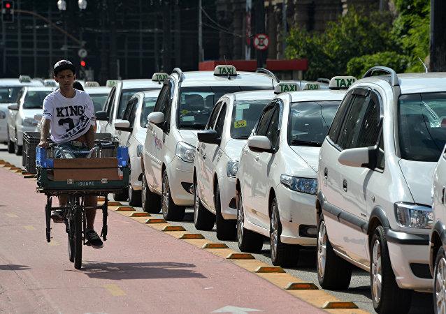 Táxis estacionados em uma rua de São Paulo em 8 de outubro de 2015, aquando uma deliberação do prefeito Fernando Haddad