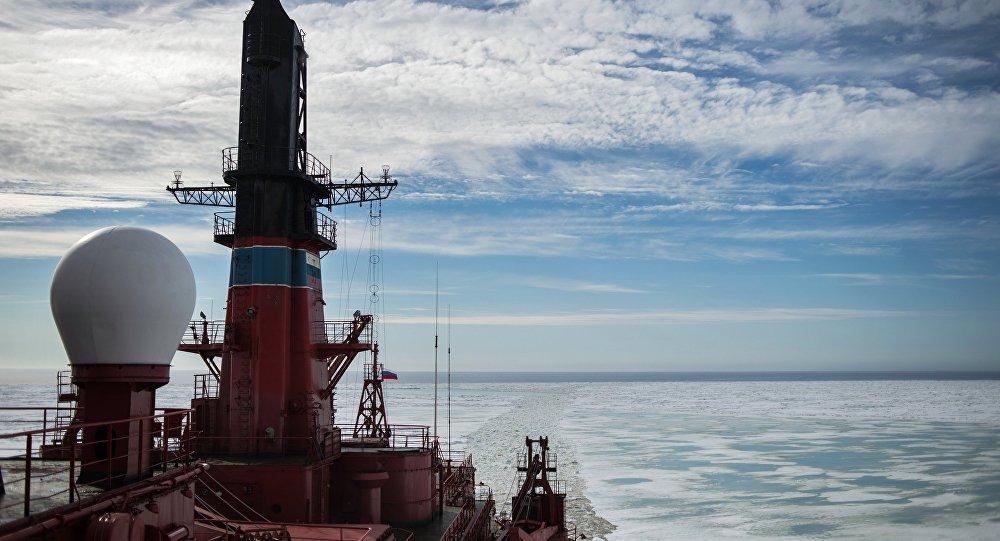 O quebra-gelos russo Yamal durante a expedição Kara Zima 2015, no mar de Kara