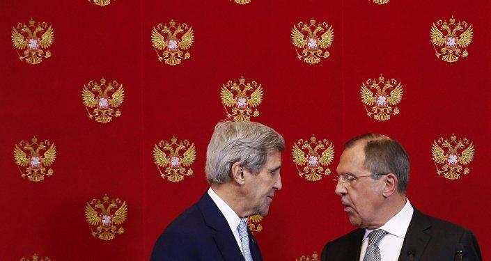 John Kerry, Secretário de Estado norte-americano, e Sergei Lavrov, ministro das Relações Exteriores russo, durante a conferência de imprensa em Kremlin, Moscou, 15 de dezembro de 2016