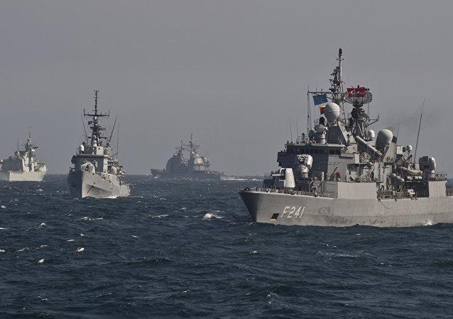 Navios da OTAN participando de exercícios no mar Negro em 16 de março de 2016