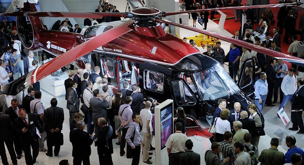 Visitantes cercam o helicóptero russo Ka-62 na exibição internacional HeliRussia 2012 nos arredores de Moscou, Rússia