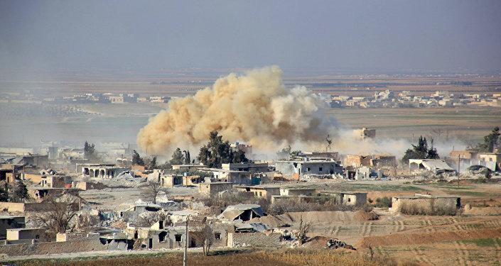 Vista pelo bairro Tal Sharba da cidade de Aleppo depois de a Força Aérea da Síria ter realizado ataques contra posições terroristas, Síria, 27 de dezembro de 2016