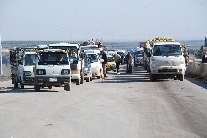 Carros dos refugiados na estrada no distrito de Afrin, Curdistão sírio, 11 de fevereiro de 2016