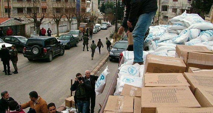 Militares descargam ajuda humanitária do caminhão