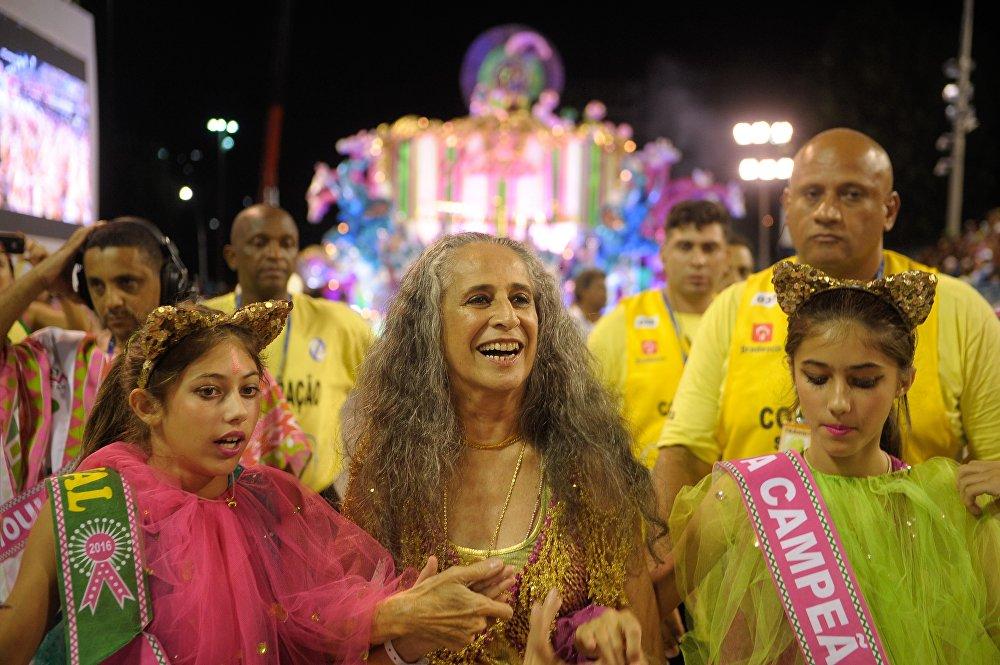 Maria Bethânia desfila com a Mangueira, campeã do carnaval carioca