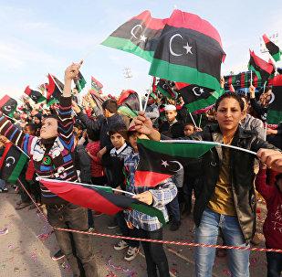 Cidadãos líbios agitam bandeiras nacionais da Líbia durante a demonstração em comemoração ao 64 aniversário de independência do país, Tripoli, Líbia, 25 de dezembro de 2015