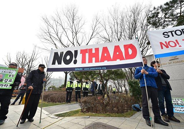 Ativistas sul-coreanos protestam contra a instalação do sistema de defesa antimíssil no país, Seul, Coreia do Sul, 17 de março de 2015