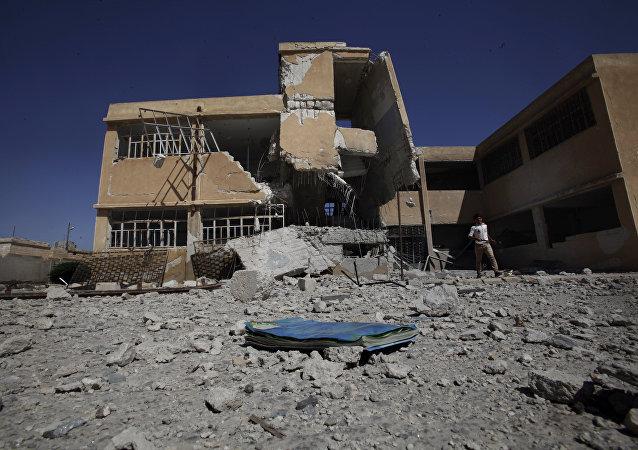 Livro abandonado no pátio de uma escola em Tel Rifaat, nos arredores de Aleppo, Síria (foto de arquivo)