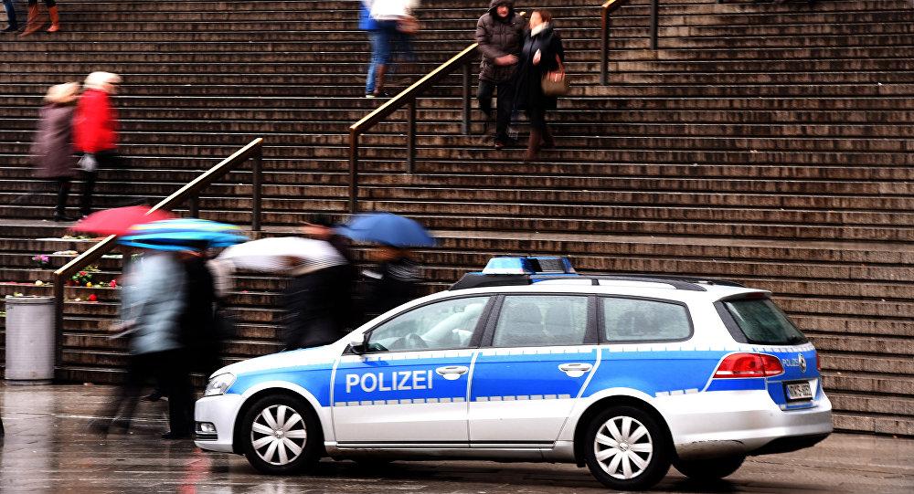 Um carro da polícia estacionado na entrada da estação ferroviária de Colônia em 16 de janeiro de 2016