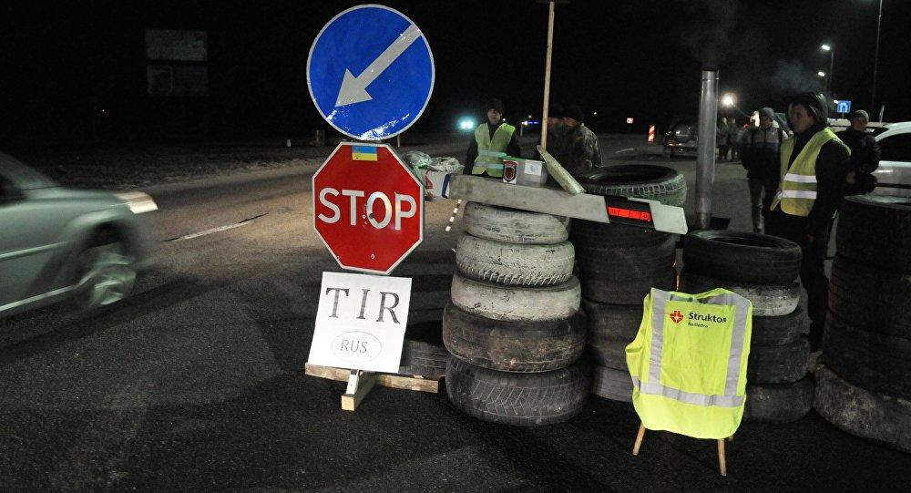 Militantes ucranianos bloqueiam caminhões russos na região de Lvov