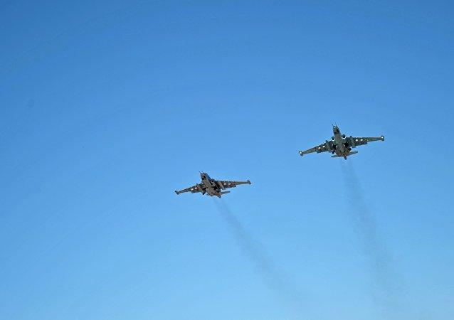 Aviões russos Su-25 no céu da Síria