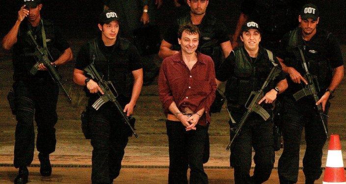 Agentes do Comando de Operações Táticas (COT) escoltam Cesare Battisti