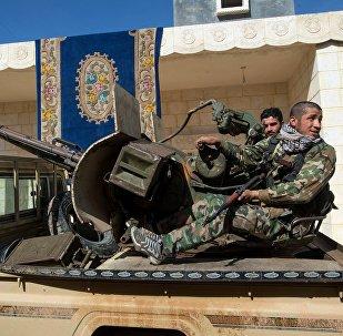 Soldados do Exército sírio na povoação de Ohrus, liberada do Daesh, na província de Aleppo, Síria, 17 de fevereiro de 2016