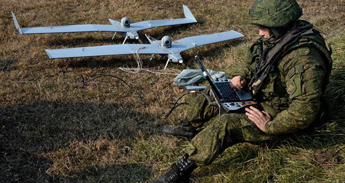 Militares russos preparam drones pequenos Zastava para realizar missões dutante exercícios militares na região de Primorie, Rússia