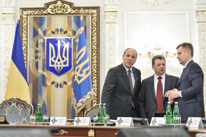 Da esquerda à direita: Andrei Parubiy (Conselho de Segurança e Defesa Nacional), Viktor Gvozd (Serviço de Inteligência Externa) e Valentin Nalivaichenko (Serviço de Segurança da Ucrânia) durante uma reunião do Conselho de Segurança e Defesa Nacional em 2014