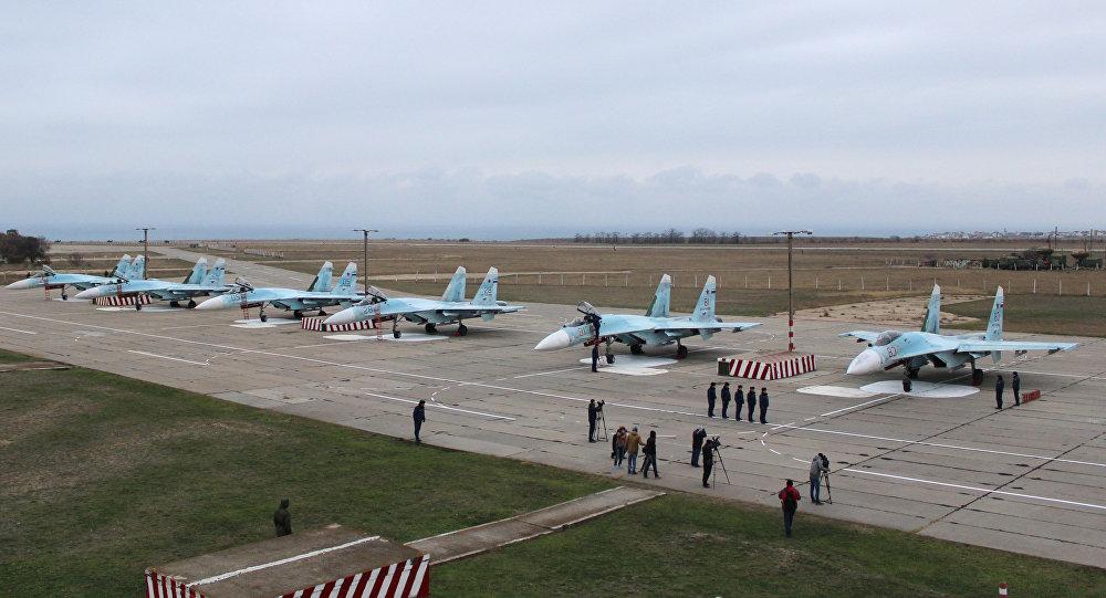 Aviões Su-27 no aeródromo Belbek na Crimeia, Rússia