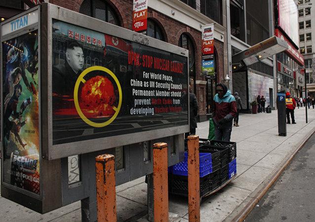 Poster diz: Coreia do Norte: Pare com a aposta nuclear! na Times Square, em Nova York, 9 de fevereiro de 2016