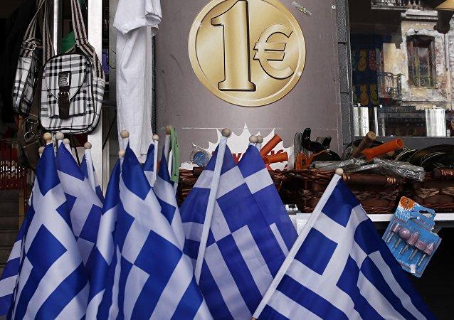 Bandeiras da Grécia e símbolo do euro.