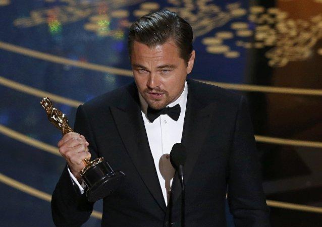 Leonardo DiCaprio recebe a estatueta de Oscar pelo seu papel no filme O Regresso, Hollywood, Califórnia, EUA, 28 de fevereiro de 2016