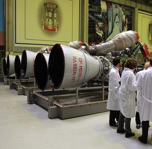 Funcionários da empresa russa Energomash junto a motores de foguete RD-180, preparados para ser transportados para os EUA, Moscou, Rússia