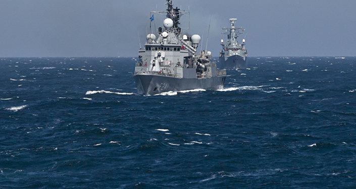 Navio turco do grupo militar da OTAN TCG Turgutreis realiza manobras no mar Negro, 16 de março de 2015