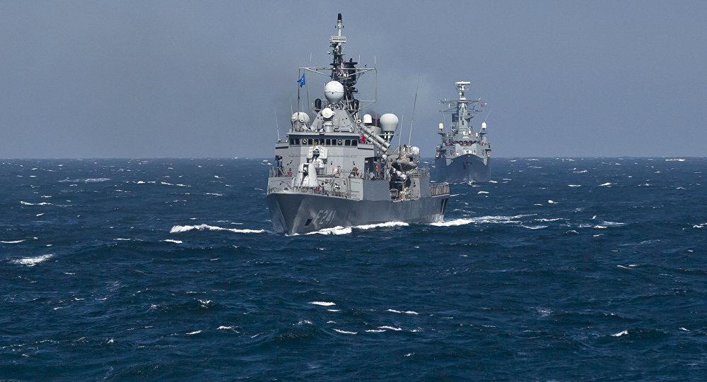 Navio do grupo militar da OTAN TCG Turgutreis realiza manobras no mar Negro, 16 de março de 2015