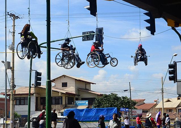 Em 3 de março de 2016, deficientes físicos bolivianos se fizeram suspender de uma ponte em Cochabamba