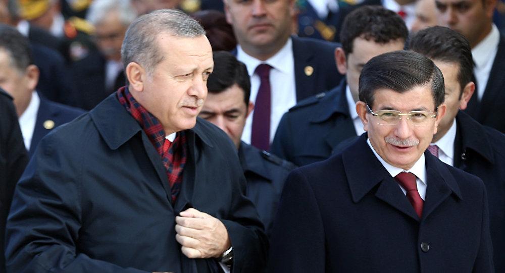 O presidente (esquerda) e o primeiro-ministro (direita) turcos, Recep Tayyip Erdogan e Ahmet Davutoglu, em 29 de outubro de 2015 no mausoléu de Mustafá Kemal Ataturk