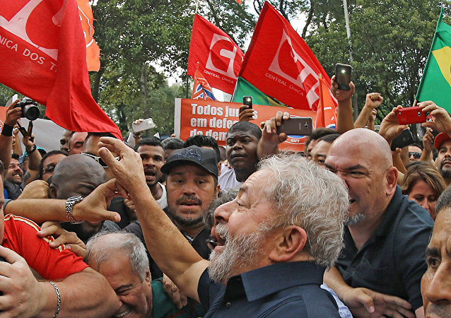 Ex-Presidente Lula entre militantes do PT