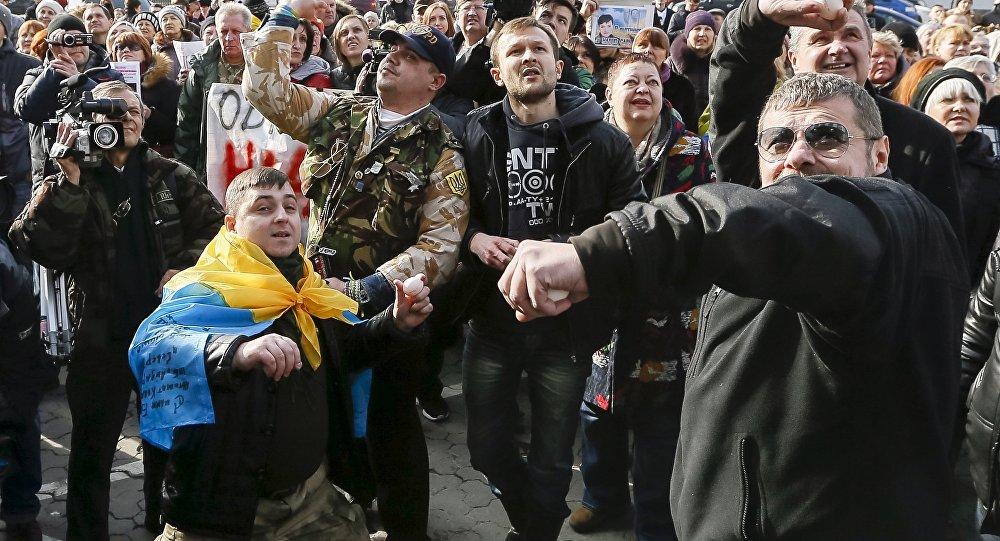 Manifestantes em Kiev atiram ovos contra embaixada russa