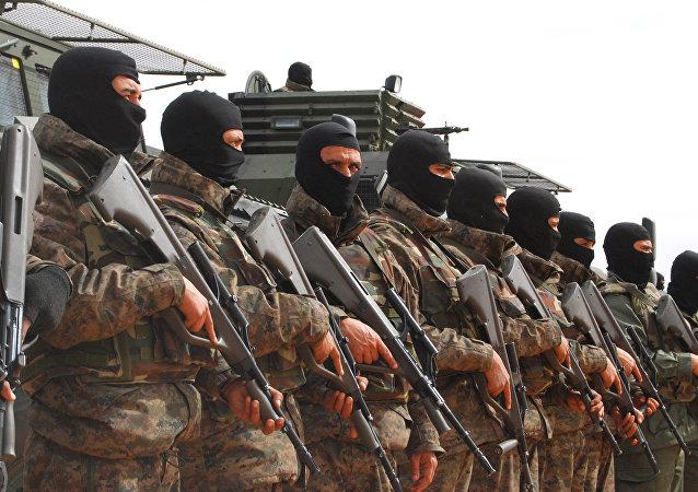 Soldados tunisianos perto de Ben Gardane