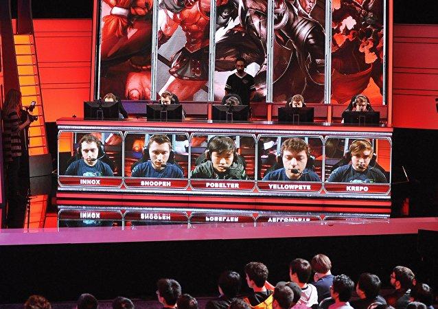 Público assiste jogo eletrônico entre os times Evil Genius e Dignitas no Campeonato norte-americano Liga das Lendas, Califórnia, EUA, fevereiro de 2014