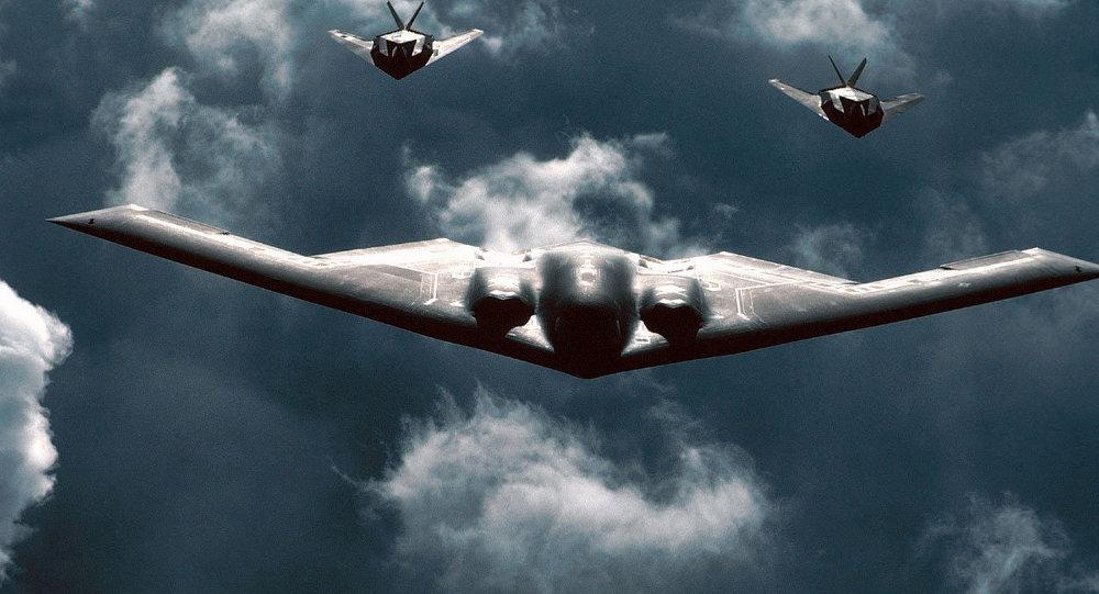 Avião militar norte-americano B-2 Spirit equipado com bombas B61