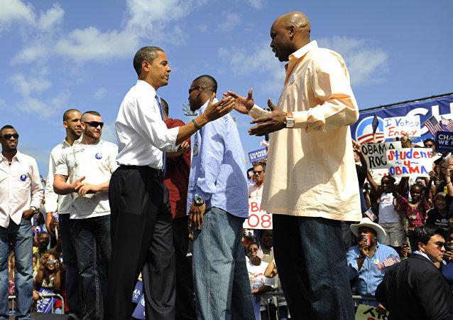Barack Obama em 2008, sendo senador de Illinois e candidato à presidência, saúda os jogadores e treinadores do Tampa Bay Rays
