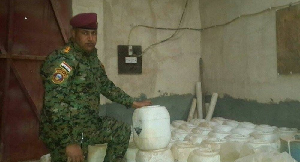 Um oficial iraquiano mostra armazém de armas químicas do Daesh