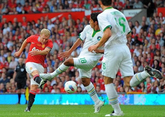 Jogadores do Cosmos e do Manchester United, durante partida amistosa realizada em 2011 na Inglaterra