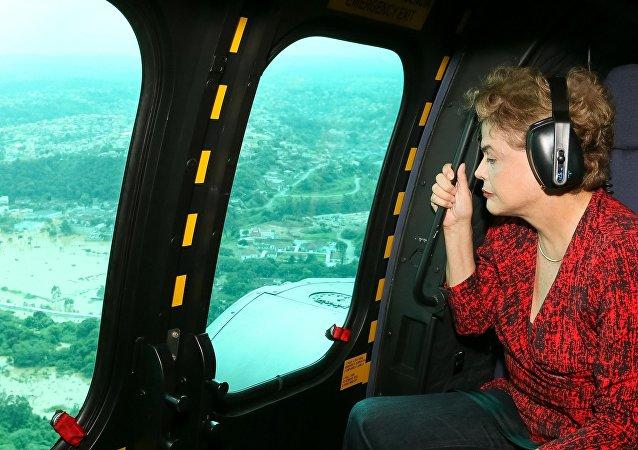 Dilma Rousseff sobrevoa de helicóptero região atingida por enchentes em São Paulo