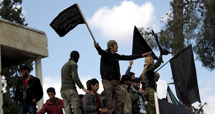 Manifestantes com bandeiras da Frente Nusra